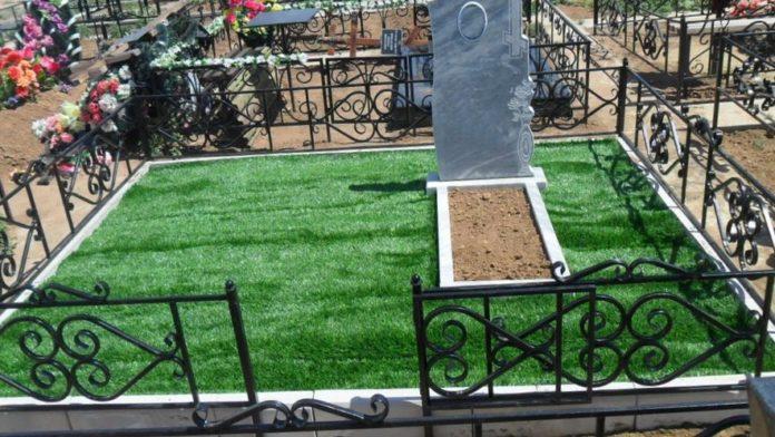 Купить искусственную траву на кладбище.
